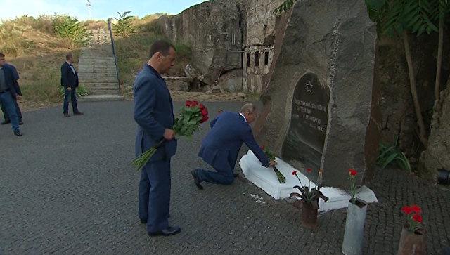 Путин и Медведев в Севастополе возложили цветы к памятнику защитникам города