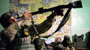 Солдаты батальона Донбасс в селе Широкино, Донецкая область