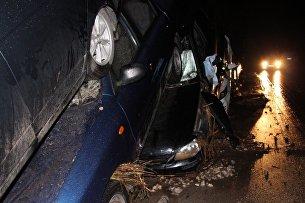 Автомобили, которые пострадали в результате схода сели на трассе Грушевка - Судак в районе села Дачное