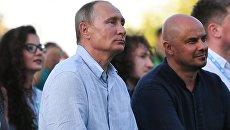 Президент РФ Владимир Путин во время посещения ежегодного Всероссийского молодежного образовательного форума Таврида на Байкальской косе. 20 августа 2017.
