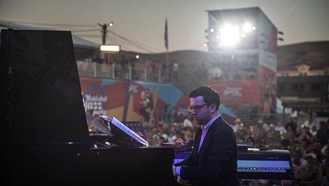 Участник коллектива Double Bass Project Алексей Иванников выступает на фестивале Koktebel Jazz Party 2017.