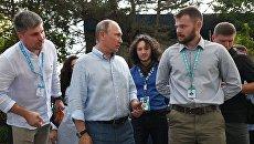 Президент РФ Владимир Путин знакомится с тематическими выставками творческих групп во время посещения ежегодного Всероссийского молодежного образовательного форума Таврида
