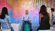 Президент РФ Владимир Путин общается с организаторами и участниками ежегодного Всероссийского молодежного образовательного форума Таврида на Байкальской косе. 20 августа 2017