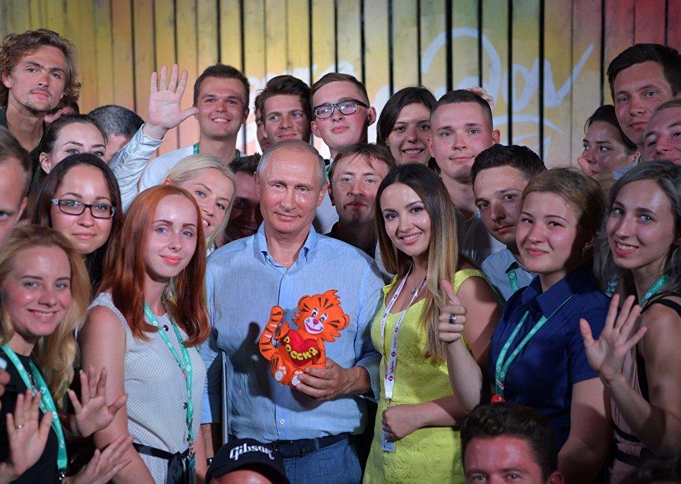 Президент РФ Владимир Путин во время посещения ежегодного Всероссийского молодежного образовательного форума Таврида на Бакальской косе. 20 августа 2017