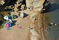 Отдыхающие у скал на Генеральских пляжах на Азовском море