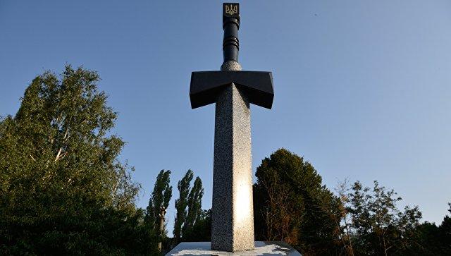 Памятник воинам АТО, выполненный в виде вонзенного в карту России меча, в Киеве.