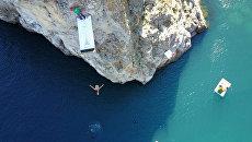 Экстремалы прыгали в воду с 27-метровой высоты на турнире Фрирайт в Крыму
