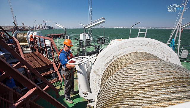 Доставка плавучей опоры для установки железнодорожной арки моста через Керченский пролив