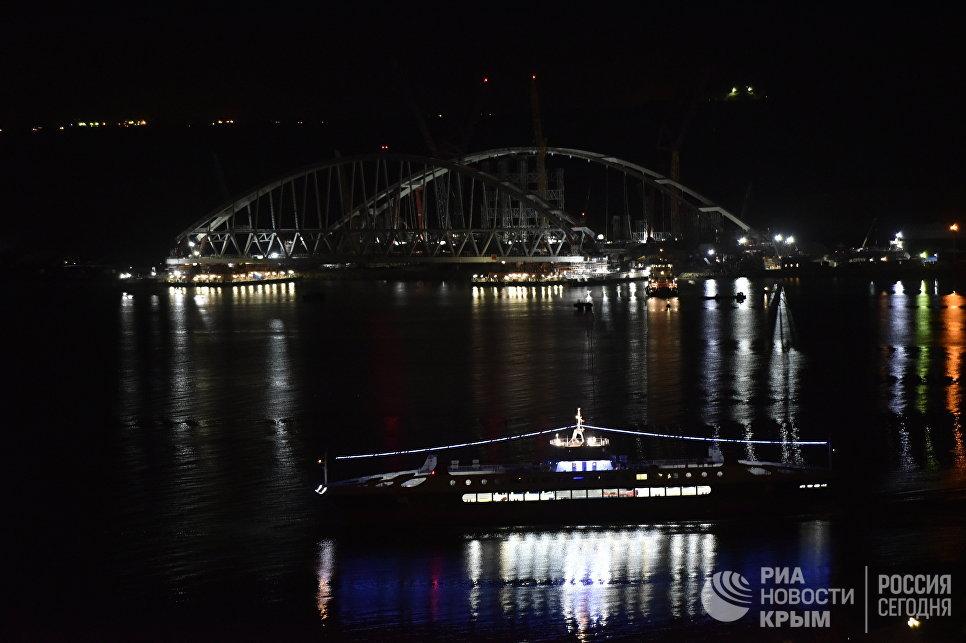 Начало морской операции по установке железнодорожной арки моста через Керченский пролив