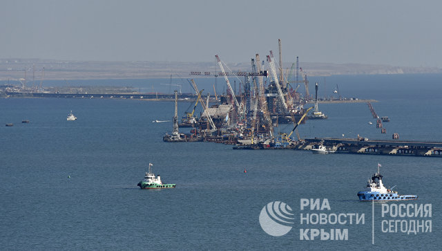 Морская операция по установке железнодорожной арки моста через Керченский пролив