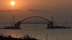 Подъем железнодорожной арки моста через Керченский пролив на проектную высоту. 29 августа 2017