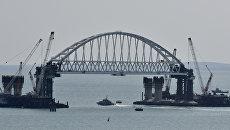 Установка железнодорожной арки моста через Керченский пролив на фарватерные опоры