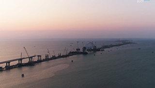 Установка железнодорожной арки моста через Керченский пролив на рассвете