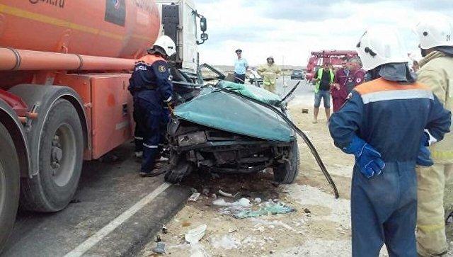 Бензовоз столкнулся с легковым автомобилем на трассе Феодосия - Керчь