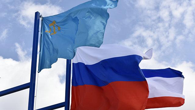 Крымско-татарский флаг, флаг России и флаг Республики Крым