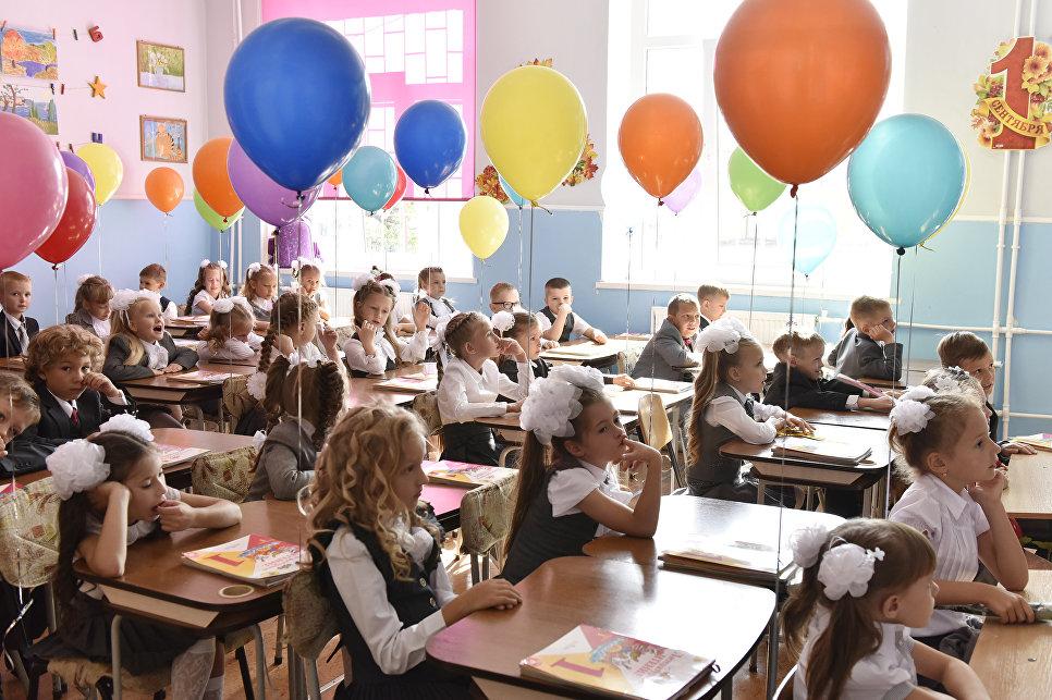 Первоклассники гимназии №9 в Симферополе. 1 сентября 2017