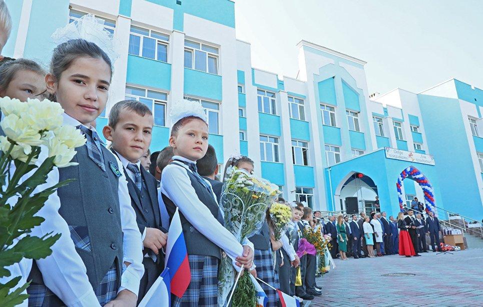 Праздничная линейка в школе №44 в симферопольском микрорайоне Фонтаны