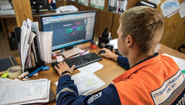 Представитель студотряда работает с производственно-исполнительной документацией на строительстве моста через Керченский пролив