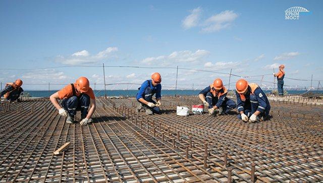 Студенты на строительстве моста через Керченский пролив