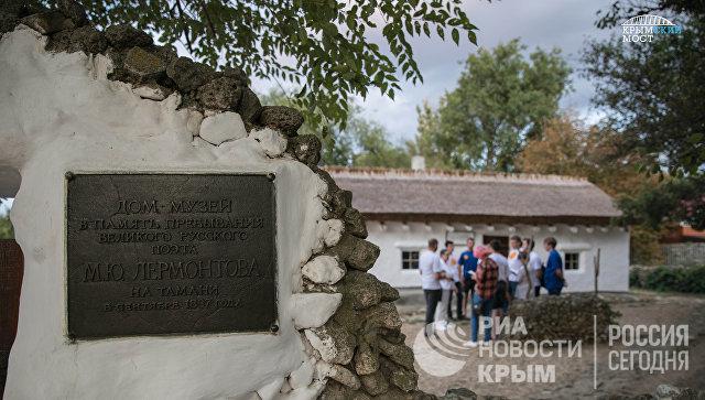 Студенты, участвовавшие в строительстве моста через Керченский пролив, на экскурсии