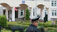 Сотрудник правоохранительных органов у здания школы №1 в Ивантеевке Московской области, где подросток открыл стрельбу. 5 сентября 2017
