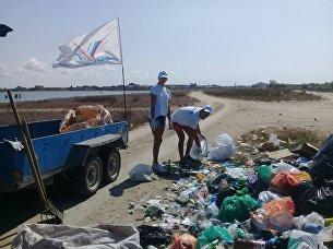Активисты ОНФ убрали мусор на западном побережье Крыма