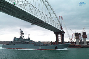Большой десантный корабль Черноморского флота Азов впервые прошел под аркой моста через Керченский пролив