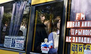 Люди в переполненном автобусе в Симферополе