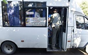 Люди в переполненной маршрутке в Симферополе
