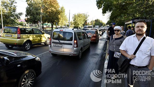 Люди на остановке общественного транспорта в Симферополе