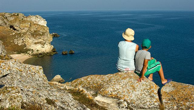 Отдыхающие на скалах Генеральских пляжей