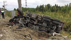 На месте столкновения пассажирского поезда и грузового автомобиля КамАЗ в Ханты-Мансийском автономном округе