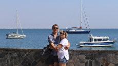 Отдыхающие фотографируются на набережной имени Валентины Терешковой в Евпатории