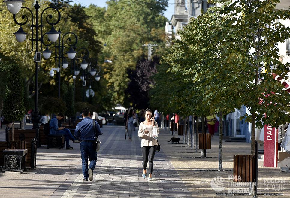 Люди в центре Симферополя