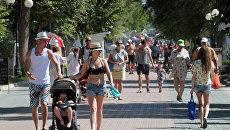 Отдыхающие на набережной Горького в Евпатории