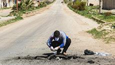 Сбор образцов почвы после химической атаки в городе Хан-Шейхун, Сирия. 5 апреля 2017 года