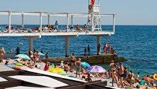Отдыхающие на Массандровском пляже в Ялте