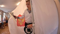 Курсант Нахимовского военно-морского училища в единый день голосования на избирательном участке в Севастополе