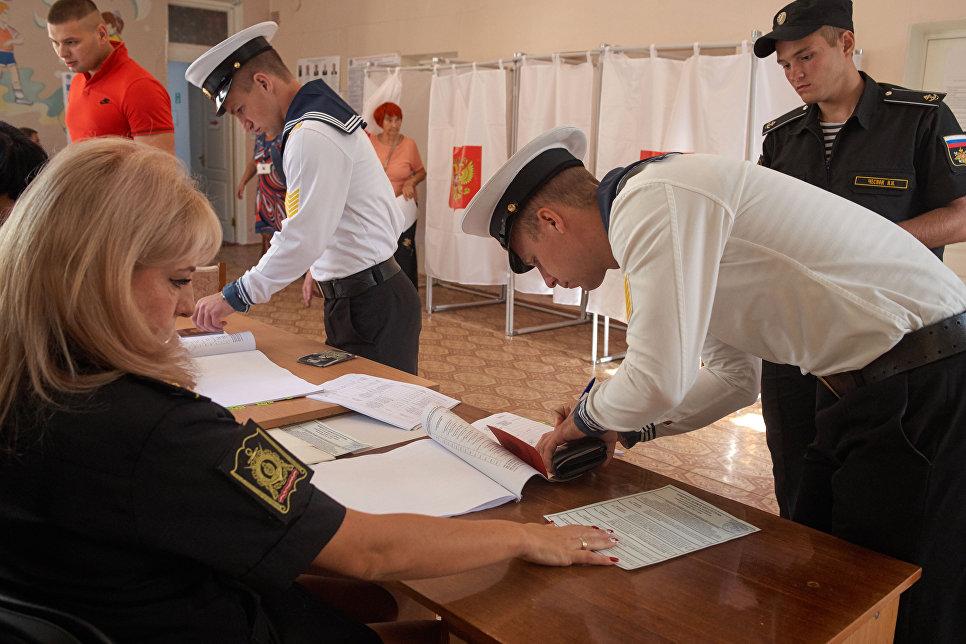 Курсанты Нахимовского военно-морского училища в единый день голосования на избирательном участке в Севастополе