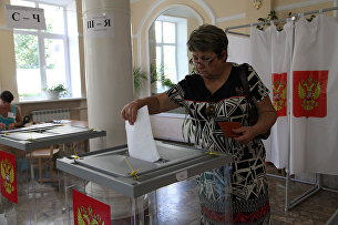 Жительница Севастополя голосуют на выборах губернатора. 10 сентября 2017 года