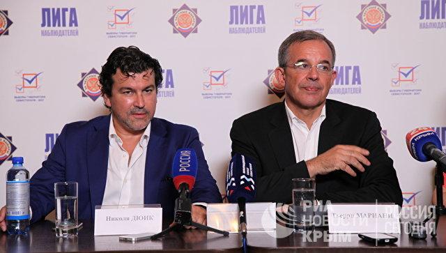 Французские политики Тьерри Мариани и Николя Дюик на брифинге в Севастополе