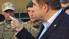 Михаил Саакашвили разговаривает с пограничниками на контрольно-пропускном пункте Шегини на украинско-польской границе
