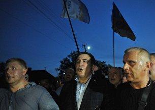 Бывший президент Грузии, экс-губернатор Одесской области Михаил Саакашвили (в центре) у пункта пропуска Шегени на украинско-польской границе.