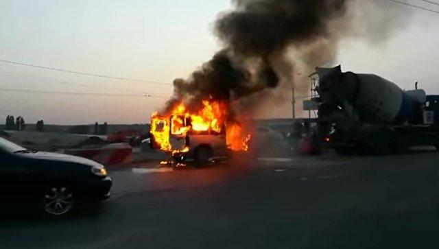 На Евпаторийской трассе сгорел автомобиль Ford Transit