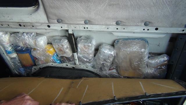 Продукты, которые гражданин Украины пытался провести в обшивке автомобиля через границу с Крымом