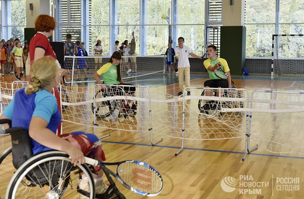 """Дети с ограниченными физическими возможностями сыграли со здоровыми детьми на инвалидных колясках в теннис в МДЦ """"Артек"""""""