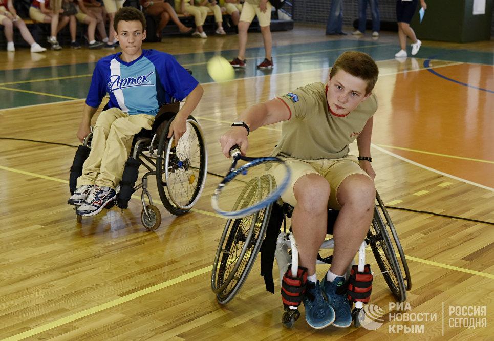 Здоровые дети на инвалидных колясках играют в теннис в МДЦ Артек