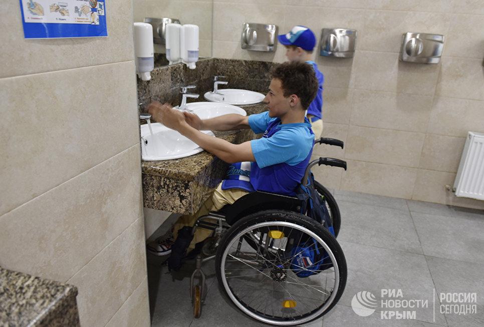 Дети с ограниченными физическими возможностями вместе со здоровыми детьми в уборной МДЦ Артек
