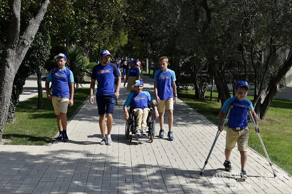 """Дети прогуливаются по аллеям МДЦ """"Артек"""""""