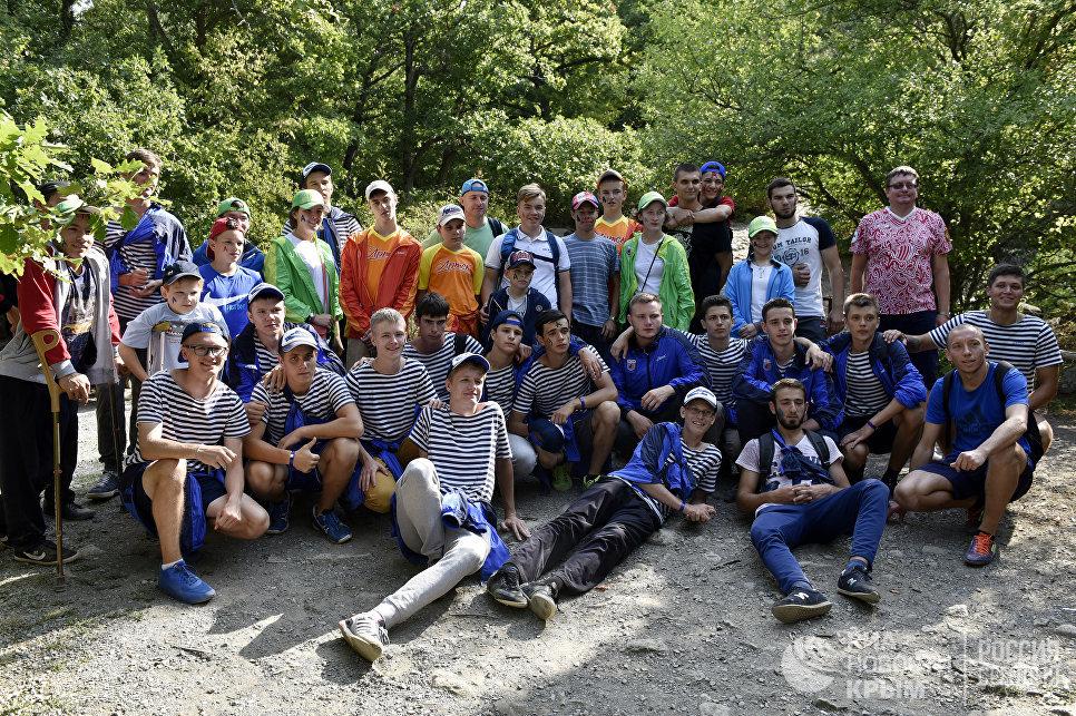 """Участники смены """"Школа размером с """"Артек"""" после восхождения на гору Аю-Даг"""